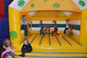 dmuchany domek z dziećmi