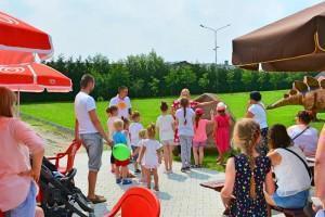 dzieci w rodzinnym parku rozrywki