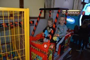 dzieci w zabawkowym samochodzie