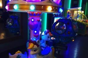 karuzela dla dzieci w sali zabaw
