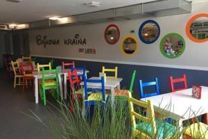 kolorowe krzesła i stoliki dla dzieci