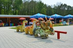park rozrywki jeżdżące dinozaury