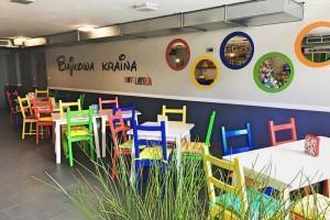 sala zabaw kolorowe krzesła
