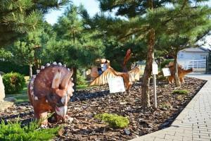 zabawkowe dinozaury w ogrodzie