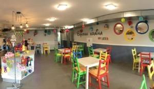 kolorowe stoliki i krzesła dla dzieci