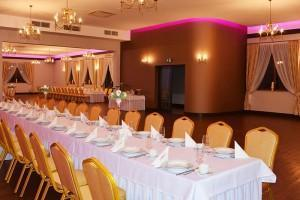 krzesła i stoły na sali weselnej
