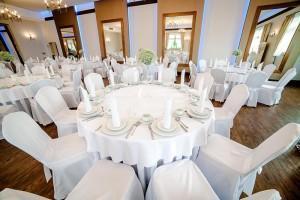 okrągłe stoły i krzesła weselne