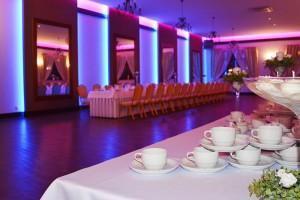podświetlona sala balowa wewnątrz