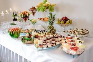 stół weselny z ciastem i owocami